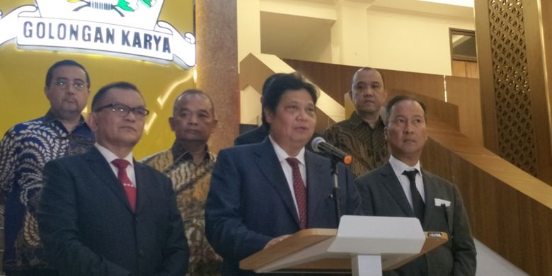 Golkar group leader Airlangga Hartarto in making a press statement regarding the resignation of Idrus Marham from the management structure of the Golkar party, at the DPP office of the Golkar party, West Jakarta, Friday (08/24/2018 ).