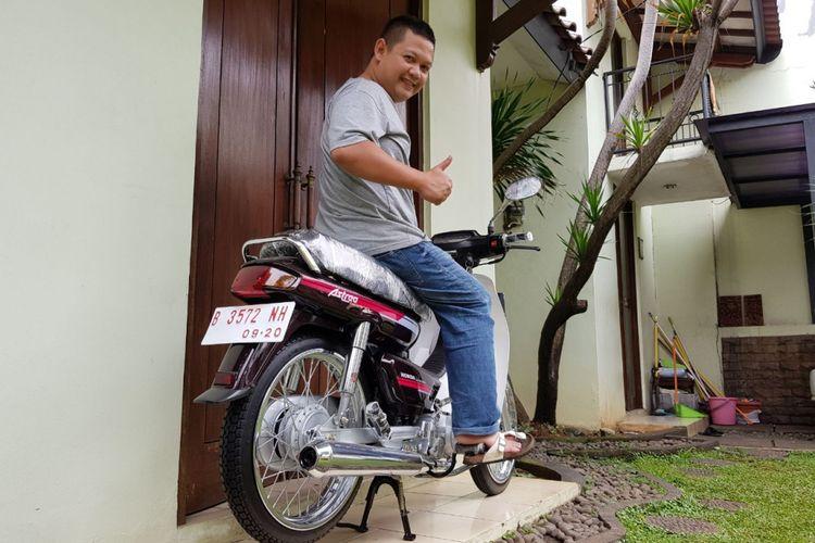 Zubastian berpose bersama Honda Astrea Grand hasil rsetorasi yang baru saja dijualnya seharga Rp 80 juta kepada seorang rekannya.