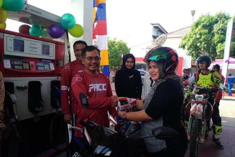 Joko Pitoyo, General Manager Pertamina MOR I memberikan merchandise kepada salah satu konsumen wanita yang melakukan pengisian bahan bakar di SPBU milik Pertamina