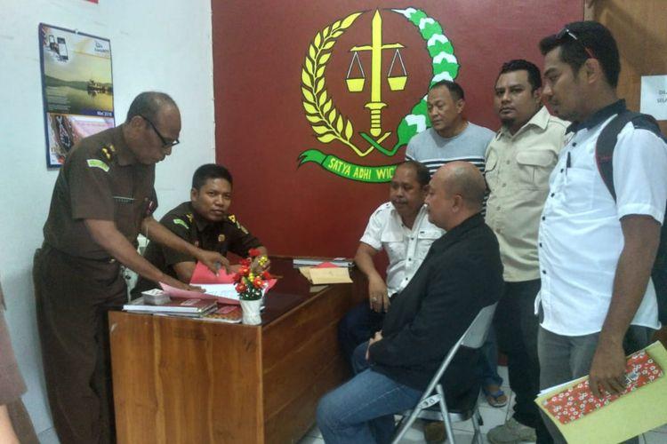 Anggota DPRD Kota Kupang HKD (duduk dan kenakan jaket hitam) saat berada di Kantor Kejaksaan Tinggi NTT, Kamis (24/5/2018).