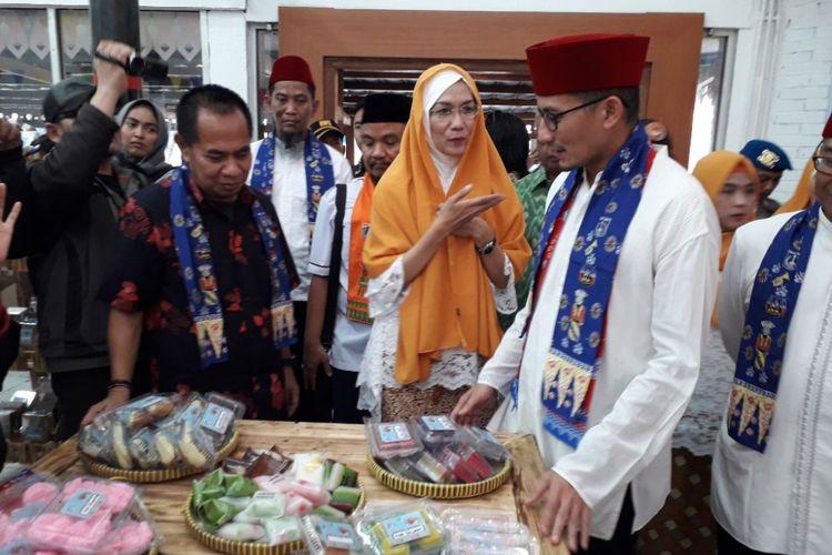 Wakil Gubernur DKI Jakarta Sandiaga Uno meninjau barang dagangan yang dijual di pusat oleh-oleh Betawi di Pasar Seni, Ancol, Rabu (13/6/2018).
