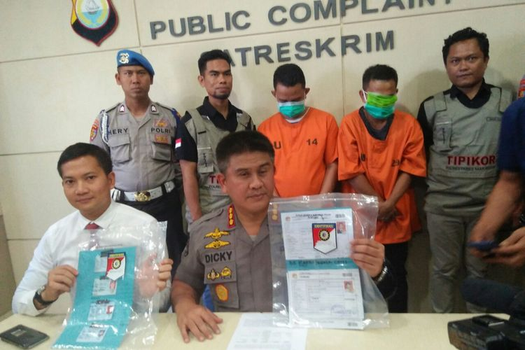kabid Humas Polda Sulsel Kombes Polisi Dicky Sondani dan Kasat Reskrim Polrestabes Makassar,  Kompol Wirdhanto Hadicaksono menunjukkan dua tersangka joki CPNS yang baru ditangkapnya.