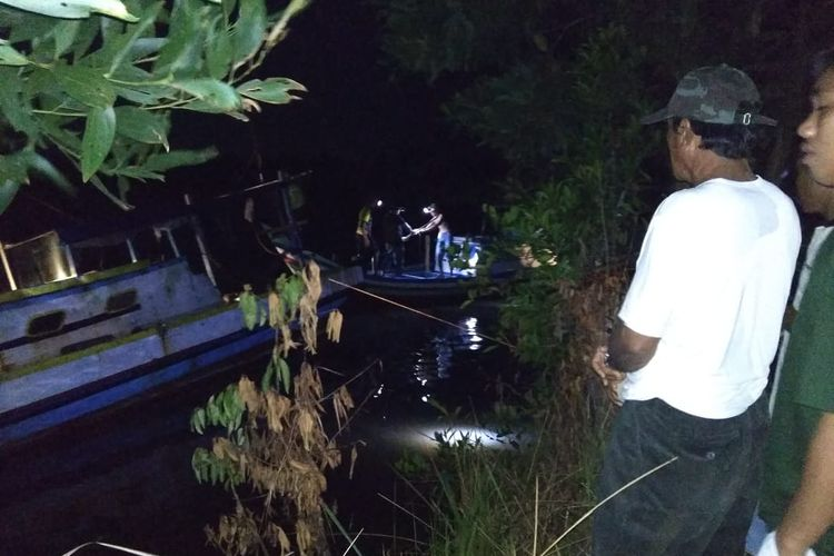 Tim gabungan menyisir lokasi hilangnya korban diterkam buaya di Desa Selingsing, Belitung Timur, Senin (17/6/2019) malam.