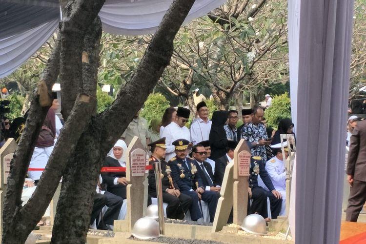 Panglima TNI Marsekal Hadi Tjahjanto, Kapolri Jenderal Tito Karnavian, Gubernur Jawa Timur Khofifah Indar Parawansa hadir dalam upacara pemakaman Ani Yudhoyono, istri Presiden keenam Susilo Bambang Yudhoyono di TMP Kalibata, Minggu (2/6/2019).