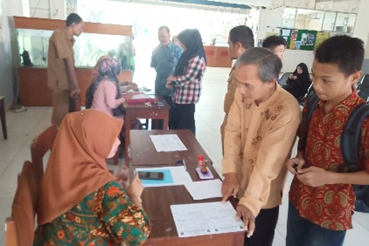 Pendaftaran PPBD di SMA 1 Padang masih sepi, terlihat tidak ada antrian saat pendaftaran, Selasa (25/6/2019).