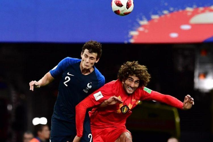 Benjamin Pavard dan Marouane Fellaini berduel di udara dalam pertandingan Perancis vs Belgia pada semifinal Piala Dunia 2018 di St. Petersburg, 10 Juli 2018.