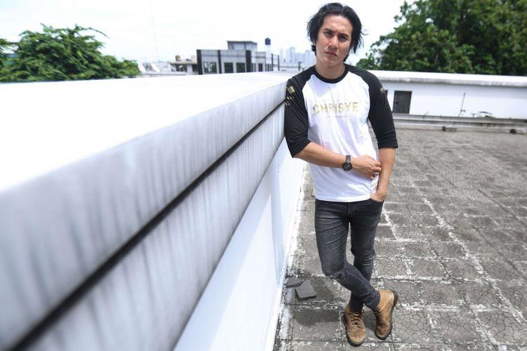 Pemeran film Chrisye Vino G Bastian berpose saat berkunjung untuk promosi di Gedung Kompas Gramedia, Palmerah Barat, Jakarta, Senin (04/12/2017). Film ini mengisahkan tentang perjalanan hidup seorang musisi yaitu almarhum Chrisye, dimulai dari perjalanan hidup bersama keluarganya hingga meniti karier di industri musik Tanah Air.