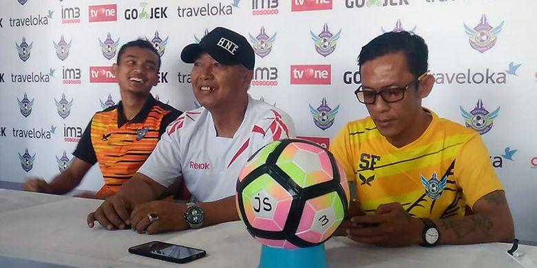 Pelatih Persegres Gresik United Hanafi (tengah) dan Komaruddin, dalam sesi jumpa pers sebelum pertandingan lawan Arema FC.