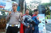 Sosialisasikan 'Safety Riding', Polisi Gresik Bergaya bak 'Superhero'