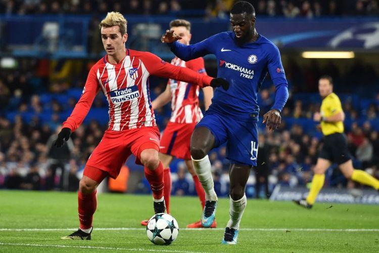 Tiemoue Bakayoko mencoba merebut bola dari penguasaan Antoine Griezmann saat Chelsea menjamu Atletico Madrid di Stamford Bridge, Selasa (5/12/2017).