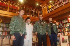 Kunjungi Habibie, Anies-Sandi Diberi Jaket Bomber Pesawat R80