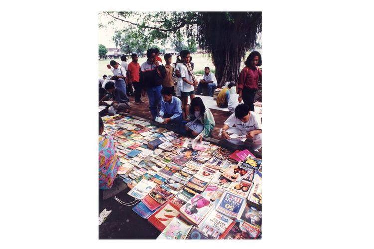 Bursa buku dan majalah bekas tetap memiliki pasaran di alun-alun utara kota Solo, Jawa Tengah.