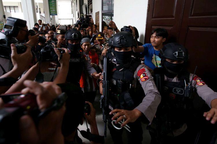 Terdakwa kasus teror bom Thamrin Aman Abdurrahman usai menjal   ani sidang di Pengadilan Negeri Jakarta Selatan, Jumat (18/5/2018). Ia dituntut hukuman mati oleh jaksa penuntut umum (JPU) karena dianggap sebagai pihak yang bertanggung jawab saat aksi teror di Jalan MH Thamrin, Jakarta Pusat, awal 2016.