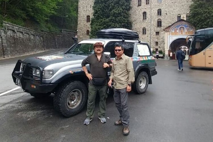 Dua anggota tim ekspedisi Happy Go Lucky, Hartawan Hauwke Setjodiningrat dan Sunny Ruslie saat menginjakan kaki di salah satu tempat di Bulgaria pada akhir April 2018.