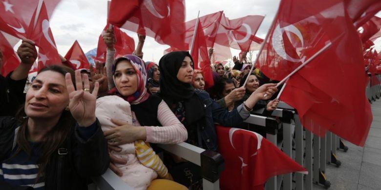 Para pendukung Presiden Turki, Recep Tayyip Erdogan, berkumpul di luar istana presiden di Ankara untuk merayakan kemenangan dalam referendum, Senin (17/4/2017).