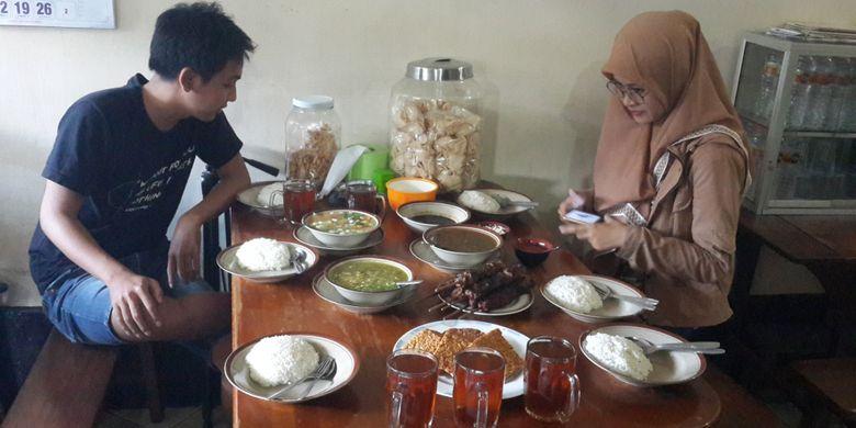Pengunjung saat menikmati menu masakan di Warung Sate Gebug, Kota Malang, Jawa Timur, Minggu (20/1/2019).