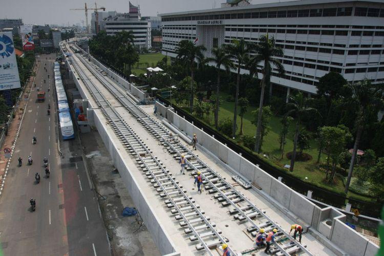 Pekerja melakukan pemasangan rel pada proyek pembangunan Mass Rapid Transit (MRT) di Jakarta, Selasa (31/10/2017). Pembangunan fisik MRT Jakarta fase 1 hingga akhir September 2017 telah mencapai 80 persen.
