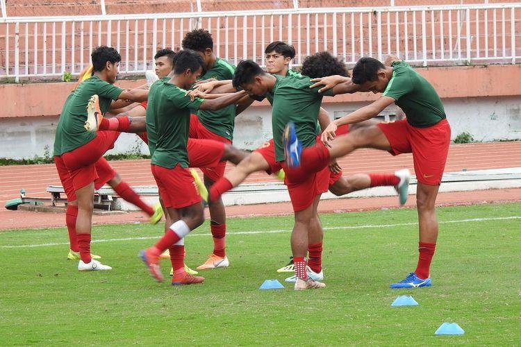 Para pemain timnas U-18 Indonesia sedang menjalanni sesi latihan.