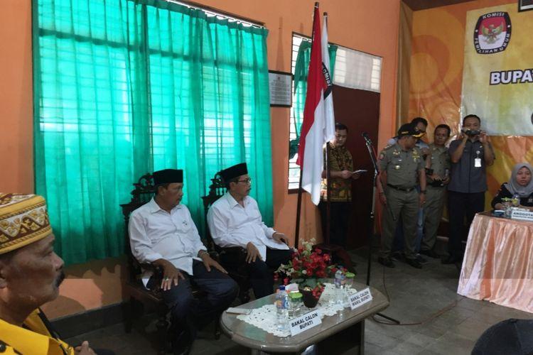 Pasangan Bakal Calon Bupati dan Wakil Bupati Kabupaten Bondowoso, Ahmad Dhafir- Hidayat, Saat Mendaftar ke Kantor KPU Bondowoso, Senin (8/1/2018)