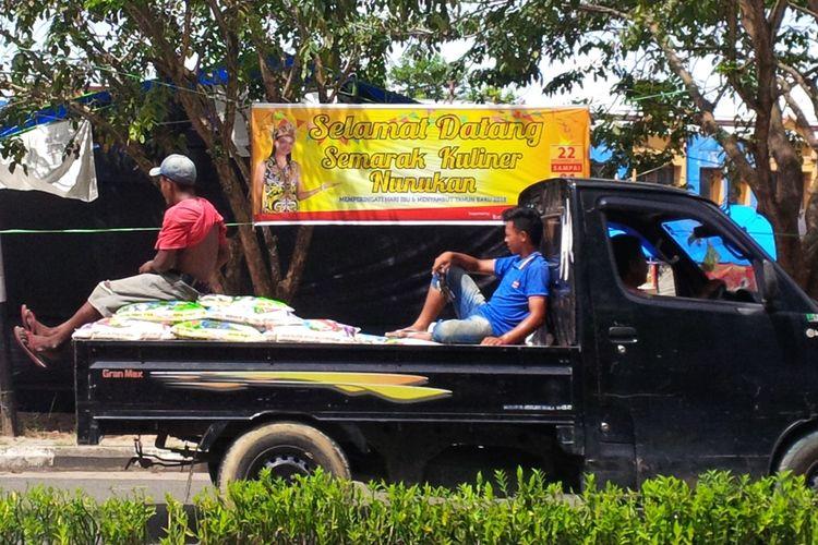 Spanduk acara kegiatan kuliner di Kabupaten Nunukan yang disisipi acara kontes waria. Kepolisian Resor Nunukan menghentikan acara kontes waria karena tidak memiliki ijin.
