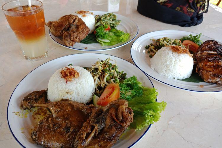 Hidangan bebek bakar, bebek goreng, dan bebek betutu di resto Bebek Tepi Sawah di Ciloto, Puncak, Cianjur, Jawa Barat resmi dibuka, Minggu (15/4/2018).