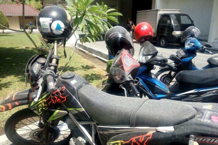 Abu letusan freatik gunung Merapi menutup motor yang terparkir di kantor BPPTKG Yogyakarta.