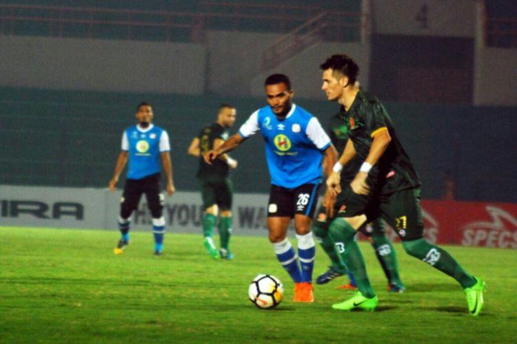 Pemain PS Tira Mariano Roman Berriex saat berusaha melewati pemain Barito Putra Rizky Pora. Di pertandingan yang digelar di Stadion Sultan Agung (SSA) Bantul ini, PS Tira berhasil menang atas Barito Putra dengan skor 1-0.