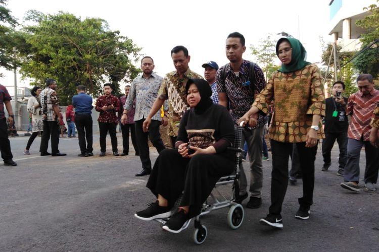 Wali Kota Surabaya, Tri Rismaharini, meninjau lokasi amblesnya Jalan Raya Gubeng, Kamis (20/12/2018). Risma harus menggunakan kursi roda karena mengalami cedera kaki.