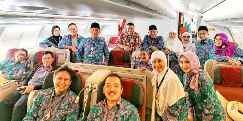 Rini Soemarno dan pejabat Kementerian BUMN sedang berangkat menunaikan ibadah haji