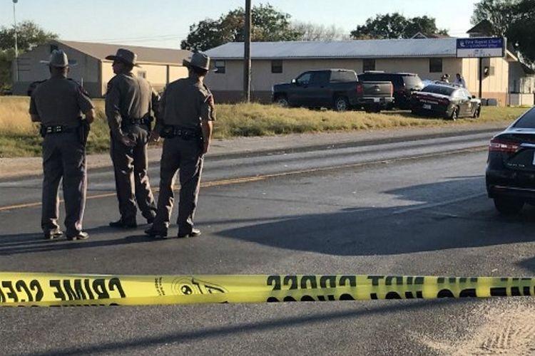 Polisi berjaga di sekitar Gereja First Baptist, Texas. Seorang pria menembaki jemaat saat melaksanakan ibadah Minggu, dan menewaskan 26 orang