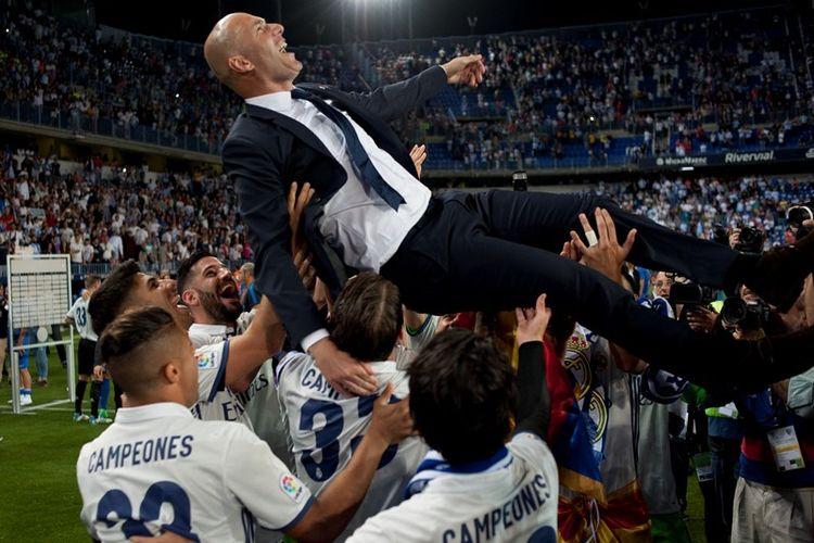 Pelatih Real Madrid, Zinedine Zidane, diangkat ke udara oleh pemain setelah Cristiano Ronaldo dan kawan-kawan menjuarai La Liga musim 2016-2017. Gelar ini merupkan torehan ke-33 untuk Madrid.