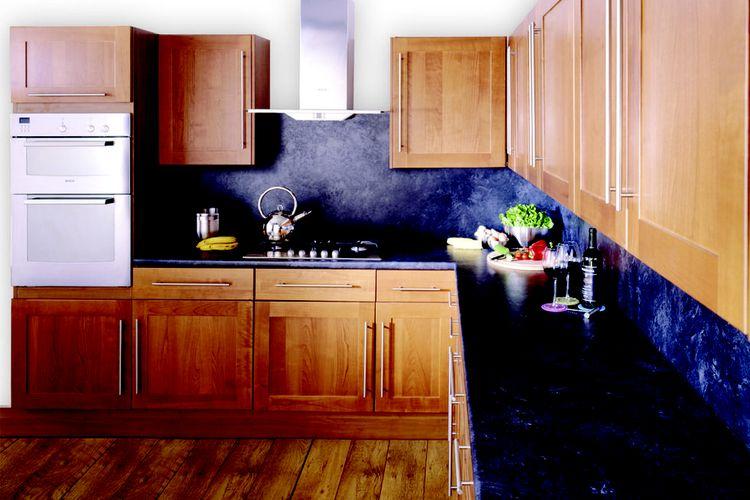 Dapur dengan sisi gelap di bagian tertentu.