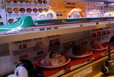 Ada Kereta Cepat Mini Mengantar Sushi di Restoran Ini