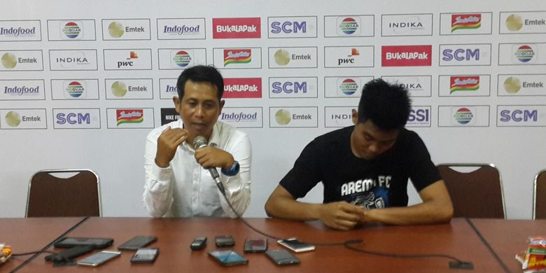 Pelatih Arema FC, Joko Susilo alias Gethuk dalam konferensi pers usai ditahan imbang Bhayangkara FC dalam fase penyisihan Grup E Piala Presiden 2018 di Stadion Kanjuruhan, Kabupaten Malang, Selasa (30/1/2018)