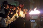 Sejak Siang, Warga Setia Menanti Api Asian Games yang Akhirnya Tiba di Jakarta Utara Malam Hari