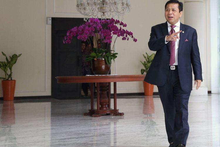 Ketua DPR  Setya Novanto (kiri) seusai bertemu dengan Wakil Presiden Jusuf Kalla di kantor Wakil Presiden, Jakarta, Senin (16/11/2015). Dalam pertemuan itu dibahas beberapa hal, termasuk klarifikasi bahwa dirinya tidak pernah menggunakan nama Presiden Joko Widodo dan Wakil Presiden Jusuf Kalla dalam negosiasi PT Freeport.