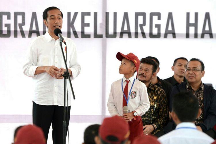 Presiden Jokowi menunjuk seorang murid SD naik ke atas panggung dan membacakan Pancasila saat melakukan kunjungan kerja di Lapangan Syekh Yusuf, Kabupaten Gowa, Sulsel, Kamis (15/2/2018).