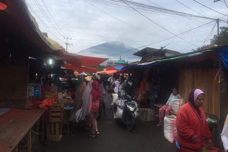 Pasar Bawah yang dilatari Gunung Singgalang.