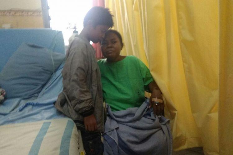 Rayyan (10), menunggu Ibunya, Ani, yang sakit gagal ginjal di RSUD Tidar Kota Magelang, Jawa Tengah, Jumat (16/2/2018).(KOMPAS.com/Ika Fitriana )