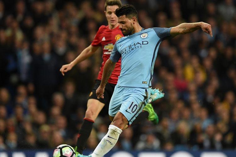 Penyerang Manchester City, Sergio Aguero (kanan) berusaha melepaskan tembakan dalam pertandingan Premier League kontra Manchester United pada 27 April 2017.