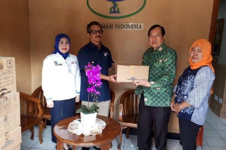 Teddy Imam S (GP Farmasi DKI Jakarta) menyerahkan secara simbolis obat-obatan kepada Departemen Medical & Doping Control INASGOC, yang diwakili oleh dr Fitz Gerald Patty, di sela-sela penyelenggaraan Asian Games 2018 lalu