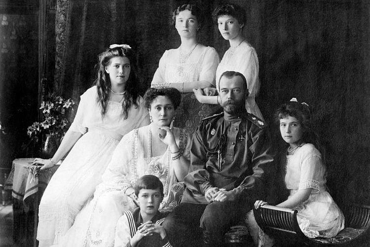 Foto yang diambil pada 1913 atau 1914 ini memperlihatkan Tsar Nicholas II bersama keluarganya. Duduk dari kiri ke kanan Marie, Ratu Alexandra, Tsar Nicholas II, Anastasia, dan Alexei di kaki ayanya. Berdiri di belakang Olga dan Tatiana.