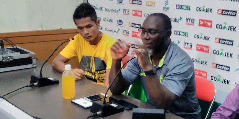 Pelatih Barito Putera Jacksen F. Tiago (kanan) dan Fajar Handika, selepas pertandingan kontra Persela Lamongan.