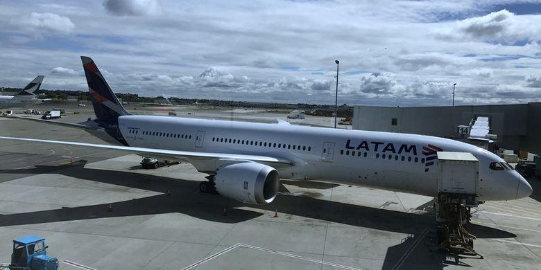 Maskapai Chile, LATAM Airlines, sedang parkir di Bandara Internasional John F Kennedy, News York, Amerika Serikat.