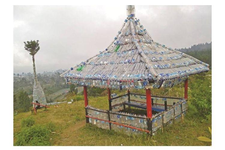 Monumen botol plastik di Gunung Slamet
