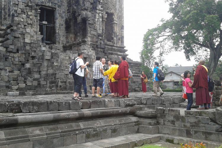 Wisatawan mengunjungi salah satu candi di Klaten, Jawa Tengah, Rabu (14/3/2018).