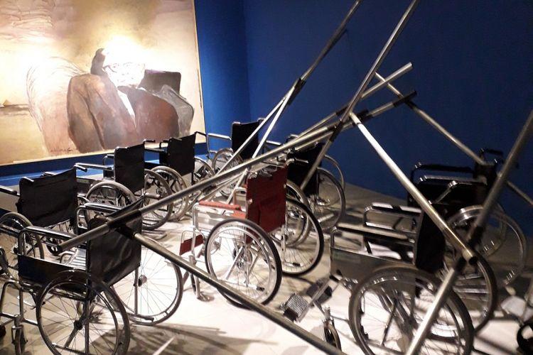 Hanafi dan Goenawan Muhammad, Waktu dan Stephen Hawking, Lukisan 250x 350cm dan Instalasi Kursi Roda,2018.