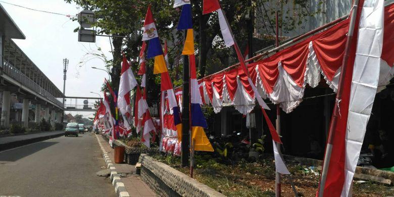 Penjual musiman atribut kemerdekaan di sepanjang Jalan Bekasi Barat, Pasar Jatinegara, Jakarta Timur. Senin (7/8/2017).