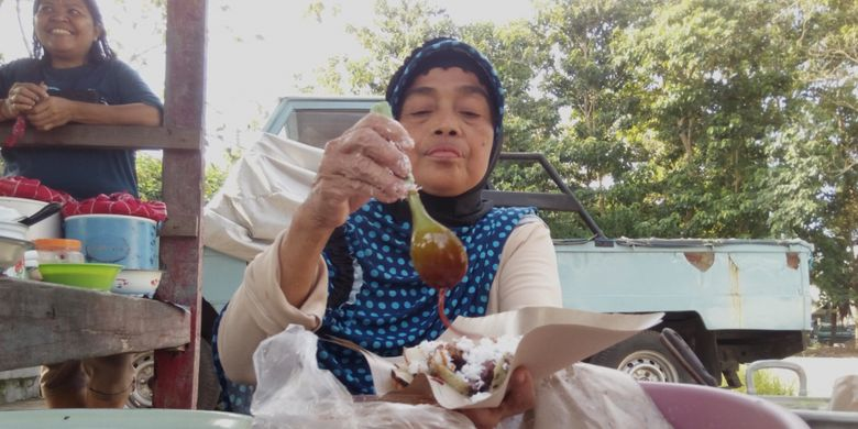 Hj. Mahuri, seorang pedagang serabi yang masih bertahan di Kota Mataram, Lombok, Nusa Tenggara Barat. Serabinya dikenal enak, tidak salah jika dia bertahan hingga 20 tahun lamanya.