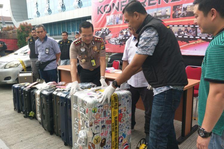 Kapolres Bandara Soekarno-Hatta AKBP Viktor Togi Tambunan saat merilis kasus pencurian 10 buah koper oleh rwmaja berusia 15 tahun di Mapolresta Bandara Soekarno-Hatta, Minggu (27/5/2018).